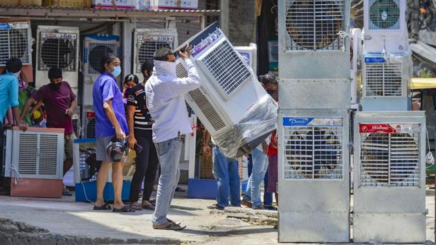 People purchase air coolers at a market in New Delhi on May 24. IMD, in its bulletin on the same day, cited dry northwesterly winds blowing over the plains of northwest India and central India and the north-south trough in lower tropospheric levels from east India to south-peninsular India, reported HT. (Kamal Kishore / PTI)