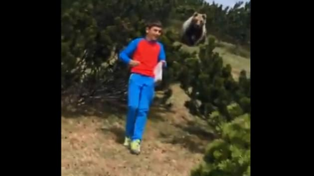 The image shows the bear behind the boy.(Twitter/@loriscalliari)