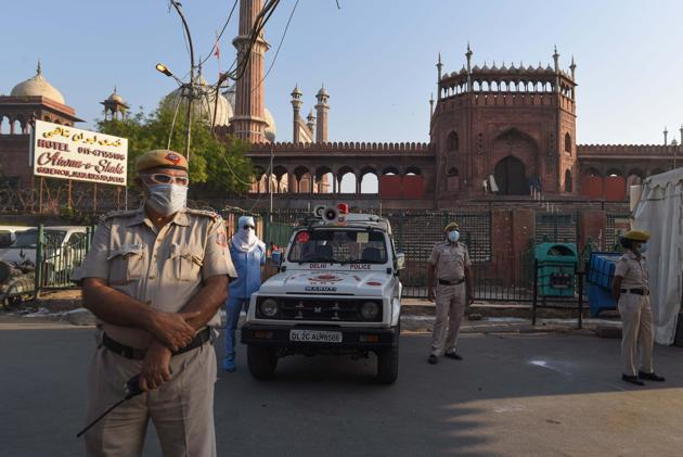 Delhi Police personnel on guard at Jama Masjid with people advised to offer prayers at home on Eid-ul-Fitr during lockdown against coronavirus, in New Delhi, India.(Sanchit Khanna/HT PHOTO)