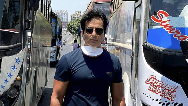 Bollywood actor Sonu Sood while sending off 350 migrant workers to their native places in Karnataka by buses.(PTI)