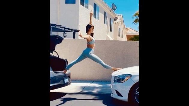 The image shows Aleksandra Kiedrowicz doing a split.(Instagram/@flexyalexya)