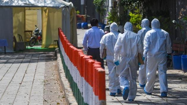 Members of a Delhi Forensic Science Laboratory (FSL) team in Personal Protection Equipment (PPE) kits during an investigation into the Tablighi Jamaat incident at the Alami Markaz Banglewali Masjid on Sunday, April 5, 2020.(Amal KS/HT PHOTO)