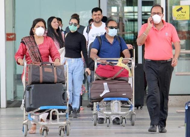 As per Mohali DC's directions, all incoming passengers belonging to Punjab or whose destination is Punjab, shall install COVA app on their smartphones before exiting the airport. They shall also necessarily turn on the bluetooth and GPS.(HT photo for representation)