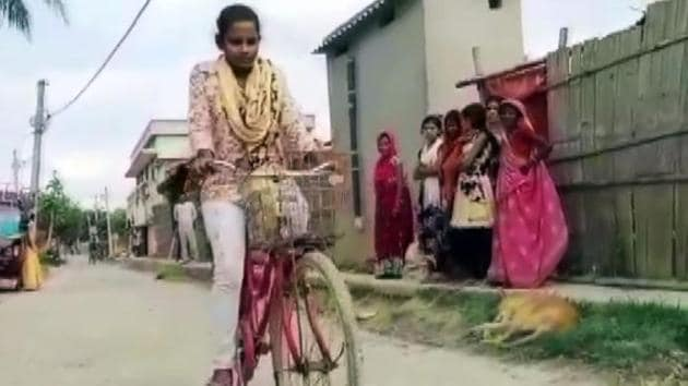 The 15-year-old girl who won praise for carrying her injured father hundreds of miles across India by bike said on Wednesday she never thought of giving up after promising her mother she would get him home safely.(ANI)