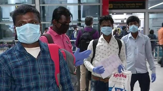 The 10 migrant workers at the Indira Gandhi International airport in Delhi before catching flight to Patna.(ANI photo)