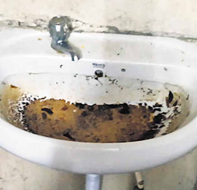 Video grabs show a dirty sink at the isolation centre at Sinhgad College Girls Hostel in Vadgaon Budruk.(HT/PHOTO)