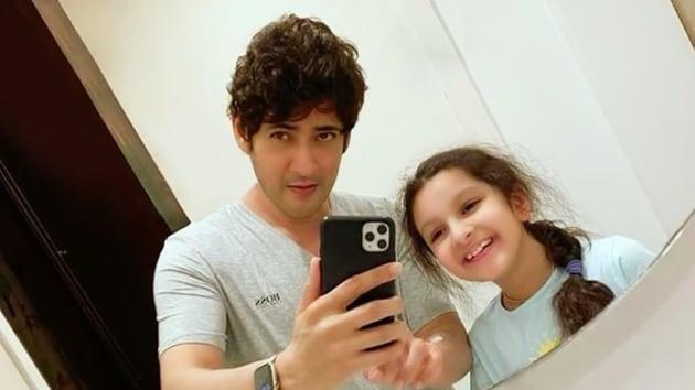Mahesh Babu shared a mirror selfie with daughter Sitara.