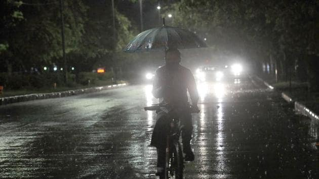 A cyclist making his way through rain on the Sector 20/33 road in Chandigarh on Wednesday.(Keshav Singh/HT)