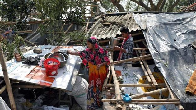 Residents salvage their belongings from the rubble of a damaged house in the aftermath of Cyclone Amphan, in South 24 Parganas district in West Bengal.(REUTERS)