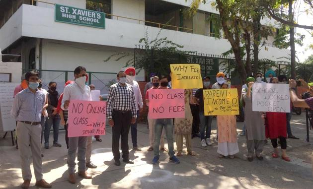 Parents protesting outside St Xavier's High School in Sector 71, Mohali, on Wednesday.(Gurminder Singh/HT)
