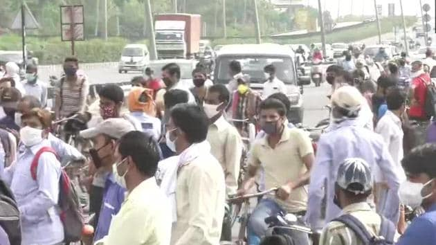 People in large numbers gather at Delhi-Gurugram border after Haryana Govt yesterday sealed borders with the national capital.(ANI Photo)