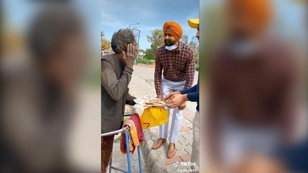 The image shows R Venkateshwarlu with Ajaib Singh.(TikTok/goldypp99)
