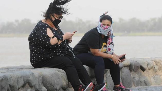 Residents enjoying the breeze at Sukhna Lake in Chandigarh on Thursday.(KESHAV SINGH/HT)