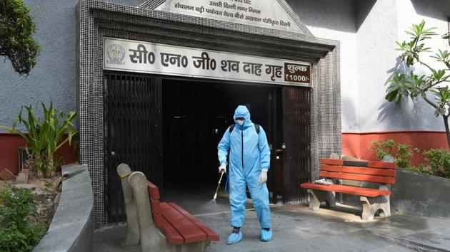 The Delhi high court on Thursday issued notices to the city government and the three municipal corporations directing them to apprise the court of the status of the Capital's crematoriums and burial grounds of the city.(Ajay Aggarwal/HT PHOTO)