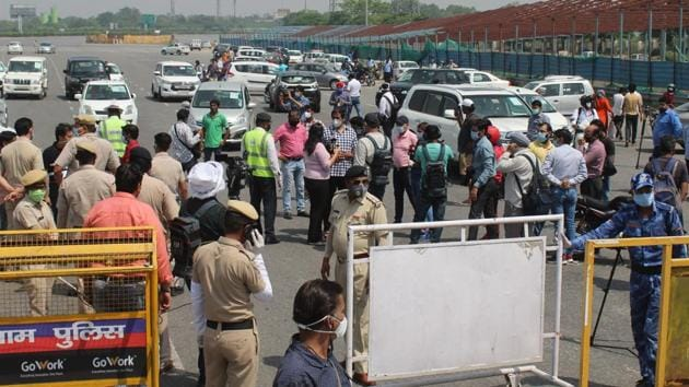 The borders had been completely sealed on May 1 but the police had stopped checking for passes at the border last week after traffic congestion was witnessed during the peak rush hours.(Yogendra Kumar/HT PHOTO)