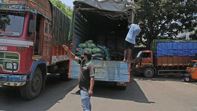APMC had shut down Market Yard after Covid-19 (coronavirus) positive cases were reported from the area. However, sub-markets at Manjri and Pimpri were open for business to ensure smooth vegetable supply to the city.(HT/PHOTO)