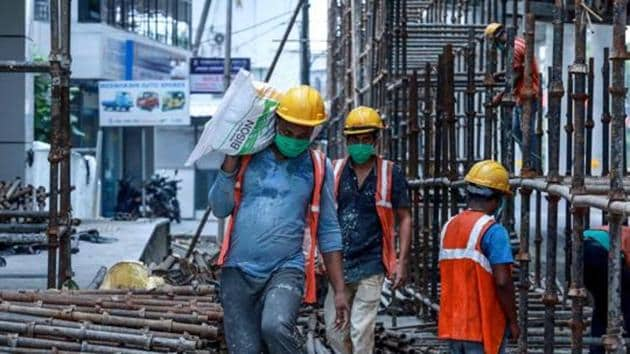 Migrant labourers go back to work for the Kochi Metro construction project April 24, 2020(AFP)