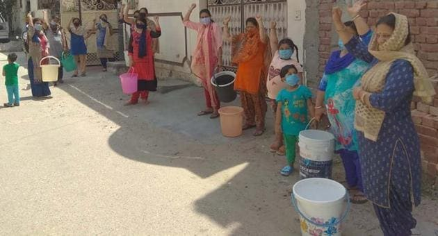 Residents of Ludhiana's ward 91 protesting against the MC councillor over disruption of water supply, on Thursday.(HT PHOTO)
