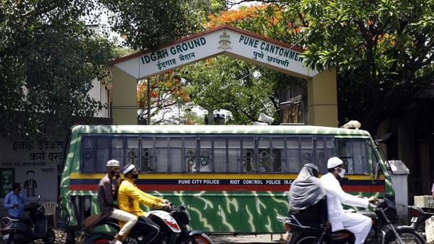 A police bus in front of the Idgah Ground entrance, blocking entry on Eid-ul-Fitr, at Golibar Maidan in Pune, Maharashtra, on Monday, May 25, 2020. (Photo by Rahul Raut/Hindustan Times)