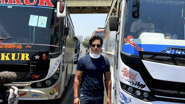 Sonu Sood while sending off 350 migrant workers to their native places in Karnataka by buses, amid COVID-19 lockdown in Mumbai.(PTI)