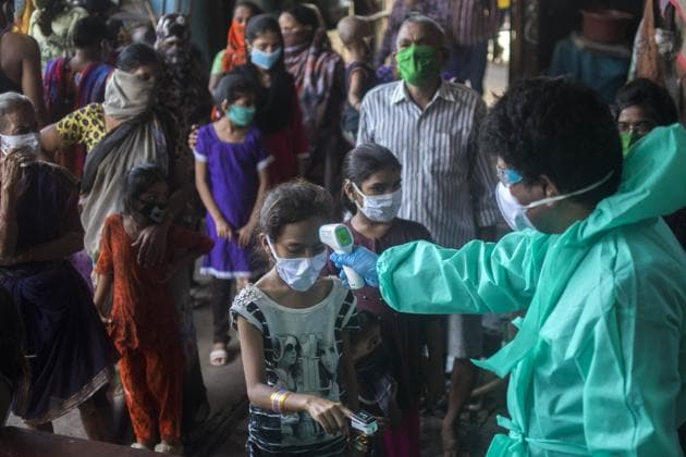 Team of Doctors check the temperature and pulse rate of a local residents at a Covid-19 coronavirus testing drive inside the Dharavi slums during a government-imposed nationwide lockdown as a preventive measure against the spread of the Covid-19 coronavirus in Mumbai.(Pratik Chorge/HT Photo)