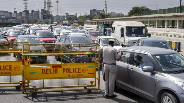 Doctors, nurses, other health care and sanitation workers, paramilitary personnel, others involved in essential services, and ambulances were permitted to cross the border without any movement passes.(PTI file photo)