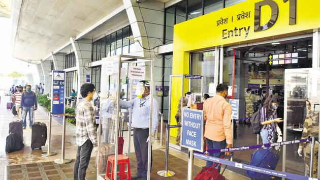 Airport authorities have made it mandatory for all passengers to undergo thermal screening before boarding a flight.(Shankar Narayan/HT PHOTO)