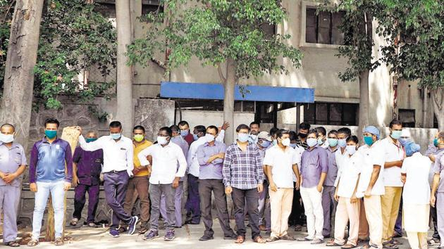 At least 450 staff members of Kashibai Navale Hospital and Medical College, in Nahare, on Saturday protested outside the hospital over non-payment of salary from December last year.(Rahul Raut/HT PHOTO)