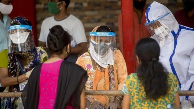 Health workers conducting Covid-19 testing drive in Mumbai, India.(Satyabrata Tripathy/HT Photo)