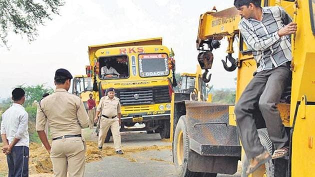 Policemen search vehicles in Morena in Madhya Pradesh allegedly used by the sand mafia.(HT FILE PHOTO)