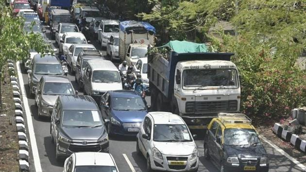 The traffic flow has increased on the Western Express Highway (WEH), which stretches from the suburban Dahisar to Bandra.(Satyabrata Tripathy/HT Photo)