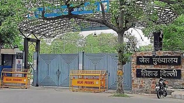 Prison expert, Sunil Gupta, who was a law officer in Tihar for over three decades, said releasing prisoners who had barely spent a week behind bars back to the society had threatened the city's law and order.(HT Archive)