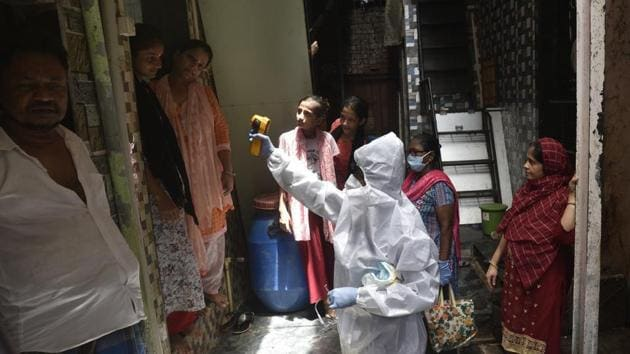 Health workers conducting the coronavirus disease test inside Dharavi, Mumbai, June 8, 2020(Satyabrata Tripathy/HT Photo)
