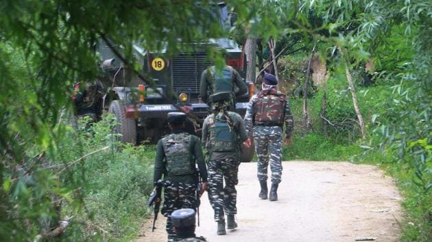 Security forces personnel leave after an encounter with militants at Sagoo in Shopian district of south Kashmir on Wednesday.(PTI File Photo)