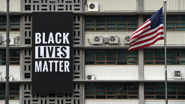 The embassy in Seoul unfurled the banner is solidarity with the movements in US.(@USEmbassySeoul)