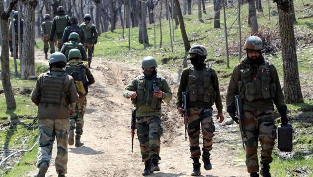 Army Jawans rush to the encounter site during an encounter with Hizbul Mujahideen terrorists at Hardmand Guri in Kulgam.(ANI File Photo)