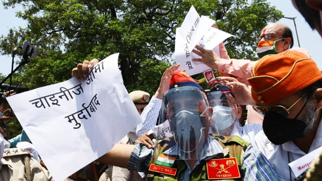 A small group of ex-servicemen, who had come to protest outside the Chinese Embassy, were asked to return, Delhi Police officials said.(Vipin Kumar/HT Photo)