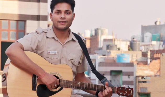 Rajat Rathore is a Delhi Police constable, and is getting fame for his singing skills.