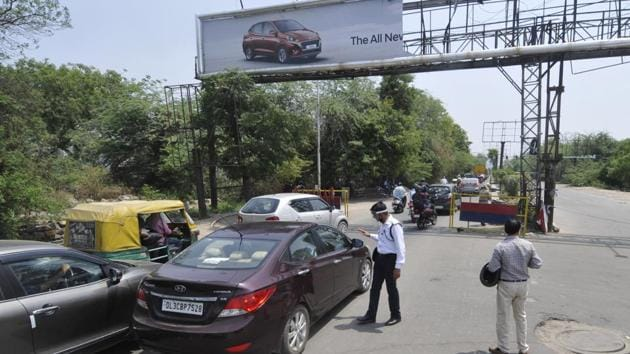 Officials said due to interstate border restrictions in place, many commuters who did not posses travel permits were asked to return.(Sunil Ghosh/HT Photo)