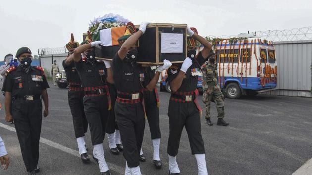 Indian army soldiers carry the coffin of their colleague Sunil Kumar, killed during confrontation with Chinese soldiers in the Ladakh region, as the body was brought to Jai Prakash Narayan airport, in Patna, Bihar.(AP)