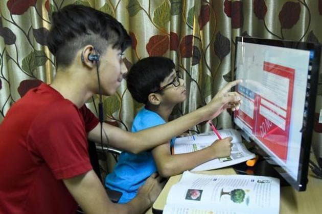 Though the human resource development ministry has asked schools to limit screen time for students, many institutes are not following the new directions, say parents.(Keshav Singh/HT/For representation only)