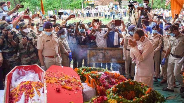 Madhya Pradesh Chief MinisterShivraj Singh Chouhan pays his respects to Naib Dipak Singhbefore his cremation at his native villageFarendainRewaDistrict on Friday.(PTI)