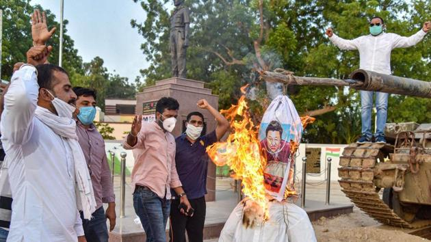 Protesters in Bikaner burn an effigy of Chinese President Xi Jinping during a demonstration against the killing of 20 Indian Army soldiers in Ladakh's Galwan Valley by the Chinese troops.(PTI)