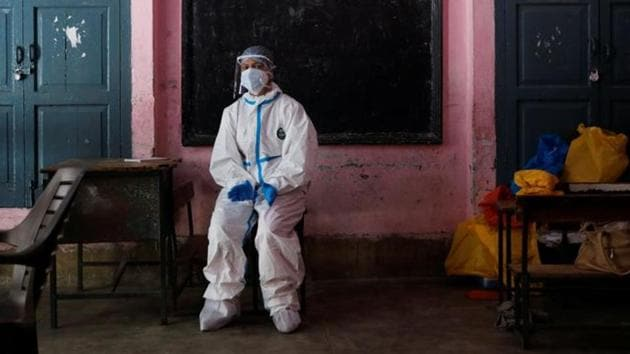 A medical worker sits inside a classroom as she takes a break at a school, which was turned into a centre to conduct tests for the coronavirus disease (Covid-19), amidst its spread in New Delhi, India June 22, 2020.(Reuters photo)