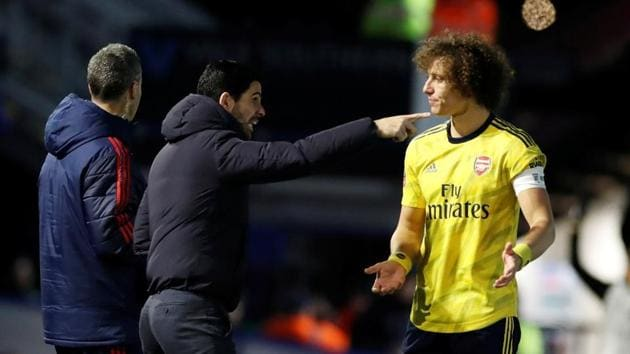 Arsenal manager Mikel Arteta speaks to David Luiz.(REUTERS)