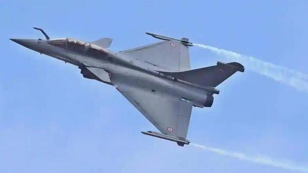 India ordered 36 Rafale jets from France in a deal worth Rs 59,000 crore in September 2016 as an emergency purchase to arrest the worrying slide in the air force's combat capabilities. (HT File)