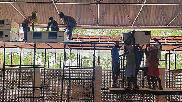 About 250 workers were assigned the task to load heavy air-conditioners on to the iron frames at the Covid-19 facility at the Radha Soami Satsang Beas.(HT Photo)