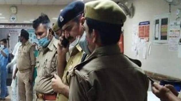 Police officers from the Uttar Pradesh police department speak to the injured policemen. Police officers in Kanpur were attacked by Vikas Dubey's gang when they were raided on Friday.(HT Photos)