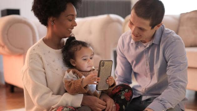 Here's how smartphone use affects your parenting skills thumbnail