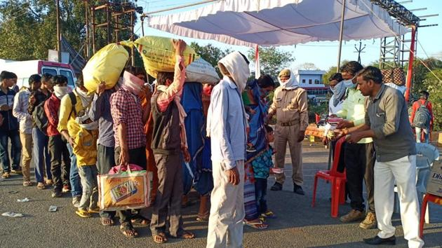 A community kitchen run by Parmarth Samaj Sewi Sansthan distributes food and water to migrant workers on Jhansi border.(Photo courtesy: Sanjay Singh)